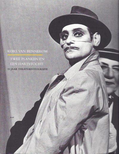 Twee planken en een hartstocht. Vijfendertig jaar theaterfotografie. Tekst Loek Zonneveld met een woord vooraf van Ischa Meijer. BENNEKOM, Kors van